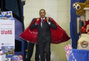 रास्ट्रपति ओबामा क्रिसमसमा बालबालिकालाई खेलौना बाँड्न आँफै २ बोरा खेलौना बोकेर जाँदै
